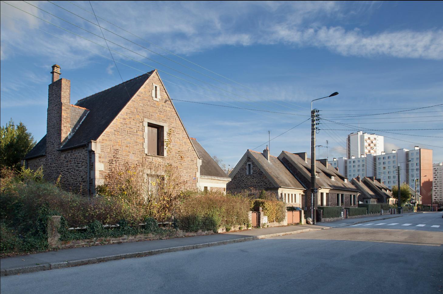 Une rue et des maisons individuelles qui la borde