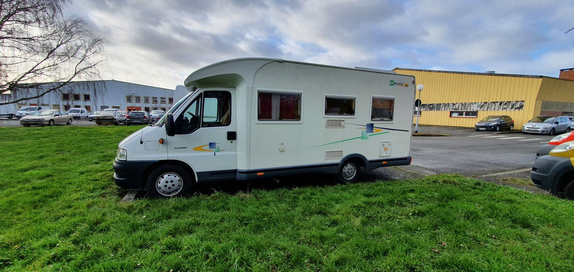 La Bulle Mobile, ou le camping car douche de l'association stationne sur une place de parking