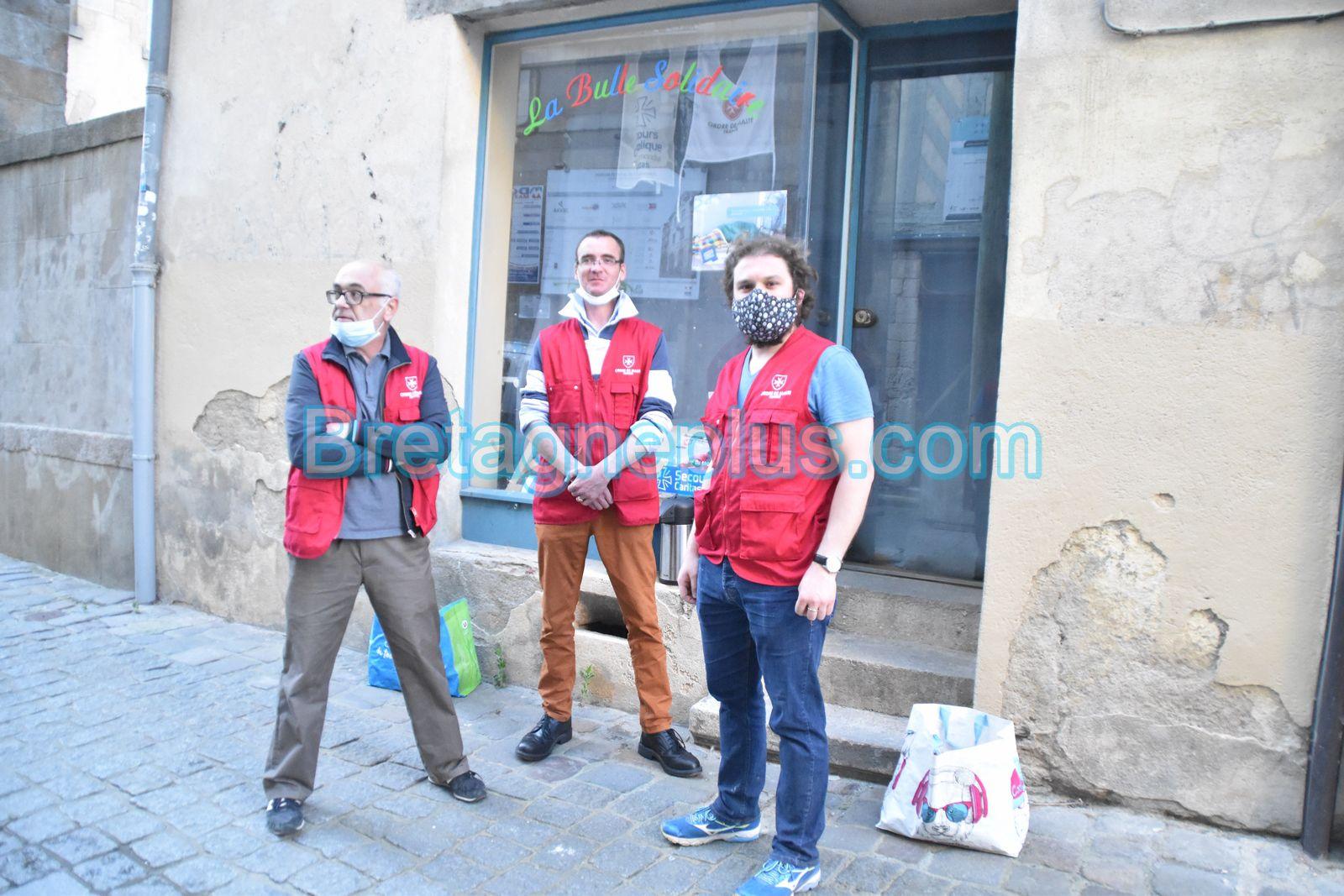 3 bénévoles de l'ordre de malte en station debout