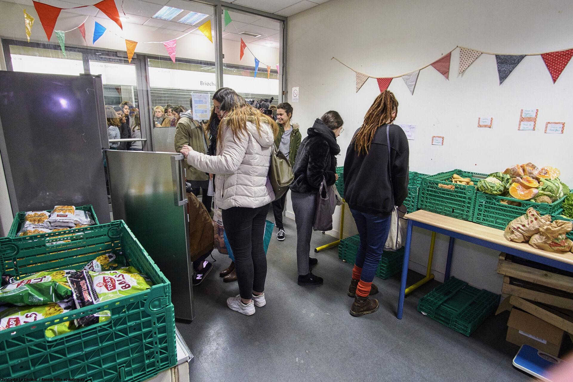 Etudiants bénéficiaires en train de choisir les denrées dans un local