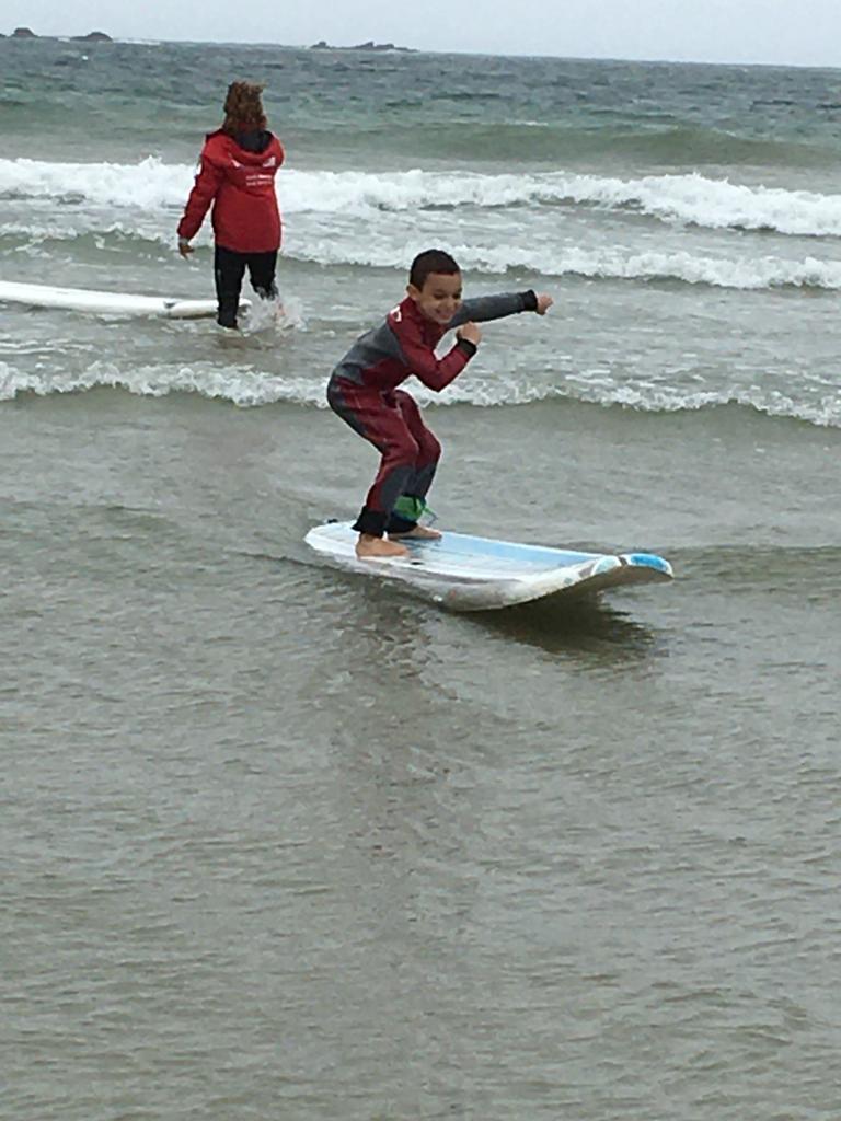 Enfant faisant du surf